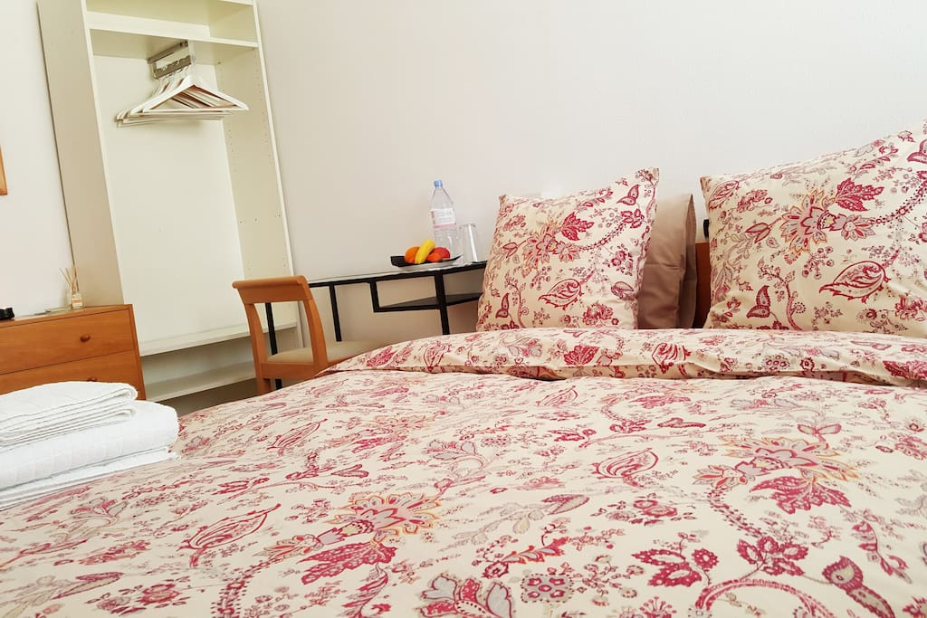 Chambre charmant grand lit wifi appartements louer for Chambre geneve