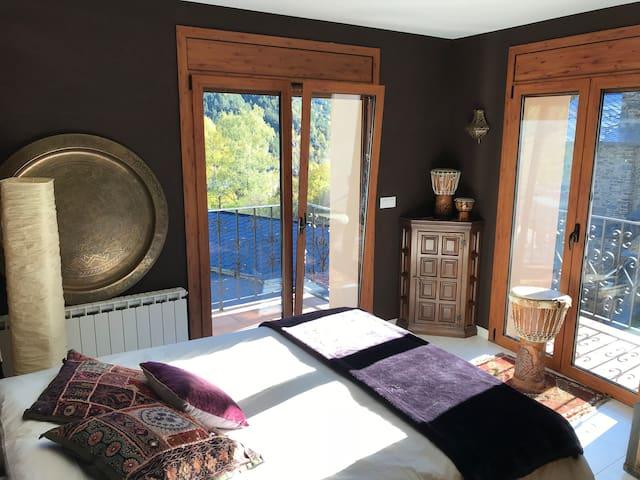 Casa amb encant situada al cap del poble de Llorts