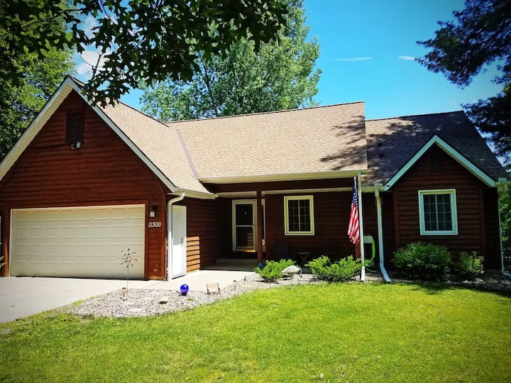 Scrapbooking/Vacation retreat house on the water, country living, 15 min to Mayo Clinic Rochester, huge yard and so peaceful!!