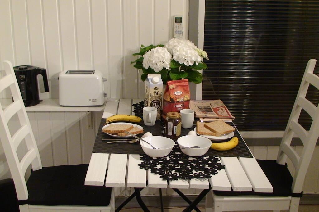 Frukustbord.  Breakfast table.  Table pour le petit-déjeuner.