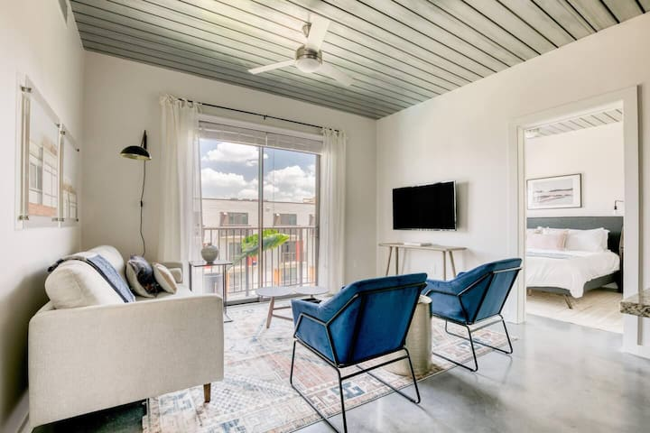 Hip, modern and stylish 2BR with pool by Lodgeur