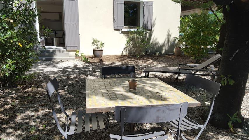 Studio et jardin au calme, parking, 3km d'Avignon