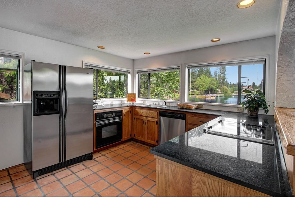 Plenty of kitchen space with panoramic view of the lake