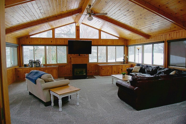 5 bdrm house w/HOT TUB across from Moore Lake Park