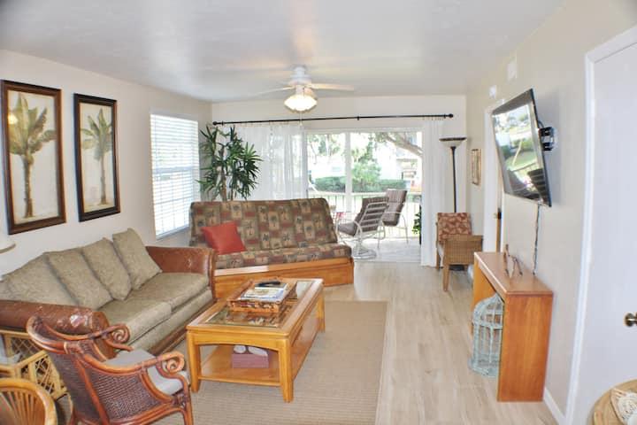 Casual and Comfortable Condo in Prime Island Location