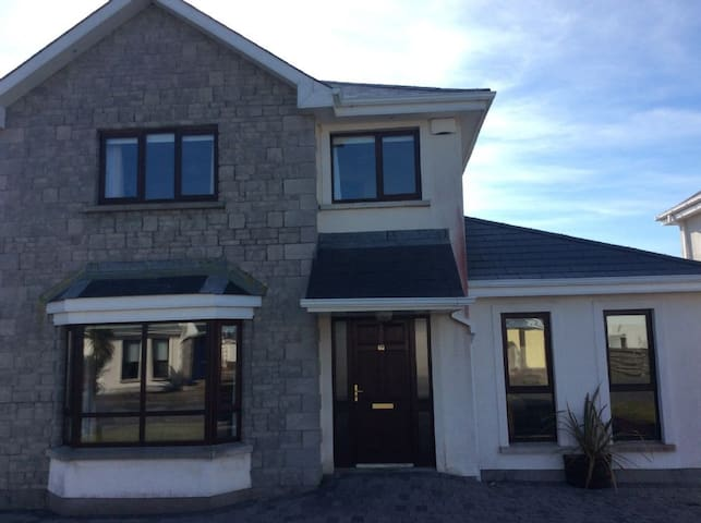 South Bay, Rosslare Strand, Co. Wexford, 5 Bedroom House, 3  Double Bedrooms and 2 Single Bedrooms