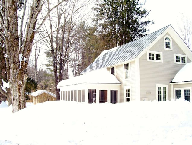 Country Home next to Covered Bridge - Cornish - Talo