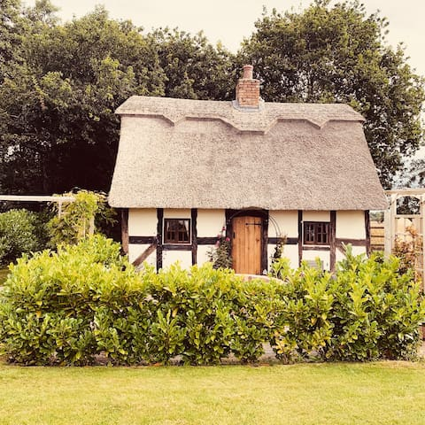 Hawthorn cottage - Grade 2, 17c thatched Cottage