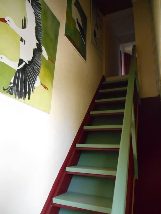 Attention ça grimpe ! L'escalier est un peu raide ! Mais c'est avec plaisir que je vous aiderai à monter vos bagages !