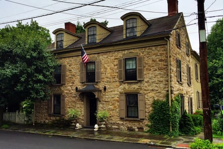 Historic 300 year old stone house. - Kingston