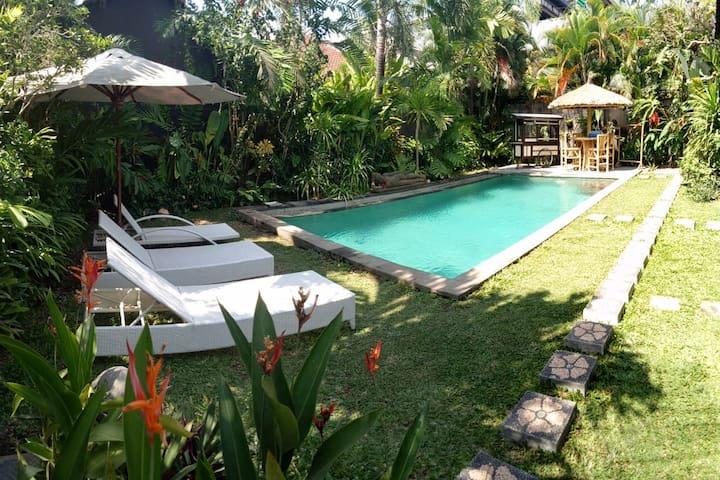 300m to Batubelig beach, nice villa, pool, massage