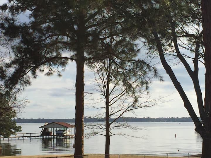 Lakefront Paradise situated on Cedar Creek Lake