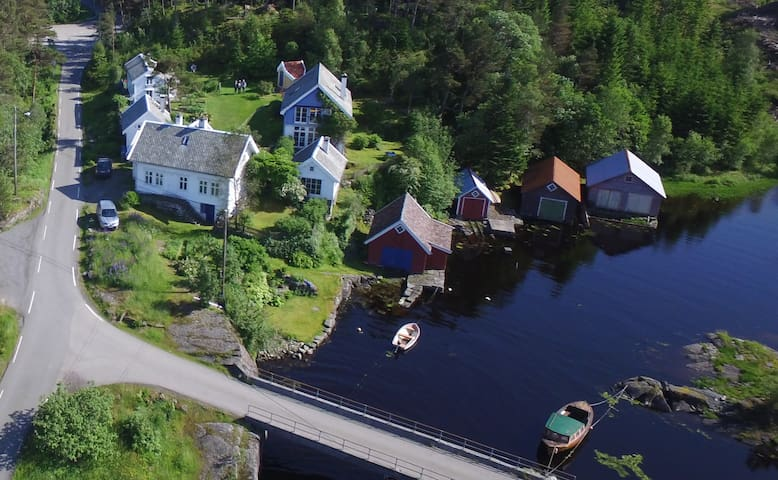 """Aerial view of the """"tun"""" with the main house, the Annex, the Icehouse and the low-lofted Farmhouse (back left corner)."""