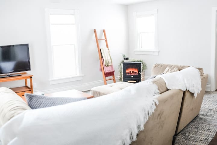 Farmhouse Getaway | stylish, king beds, near DT