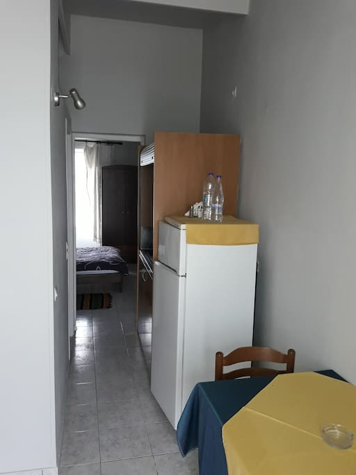ψυγείο και μικρή κουζίνα