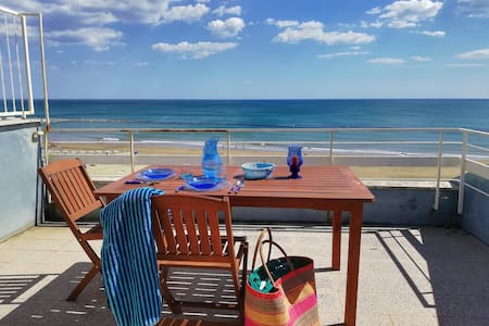 Private beachfront vacation home in Nettuno