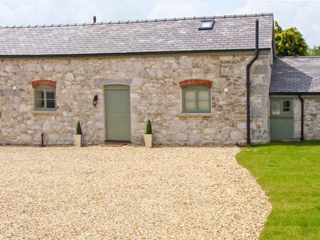 THE SHIPPON, family friendly, with a garden in Rhes-Y-Cae, Ref 11694