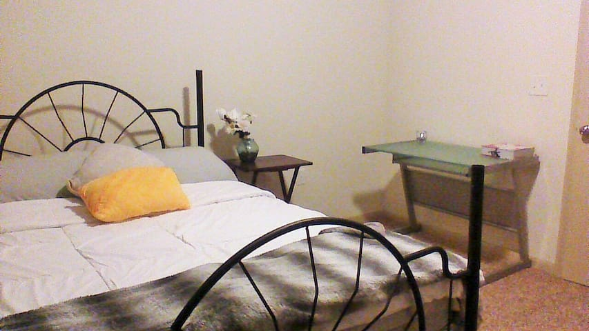 1 Private/Protected_Queen Bed/Room. - Humble - Appartement
