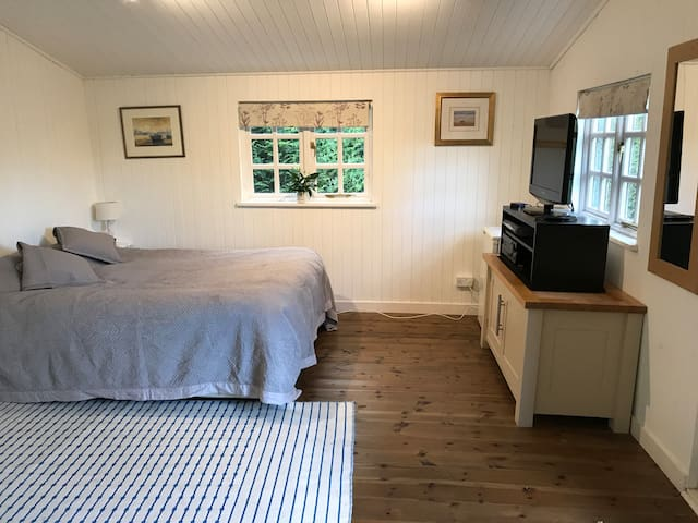 Cosy 1 bedroom Studio in Hampshire - dogs welcome
