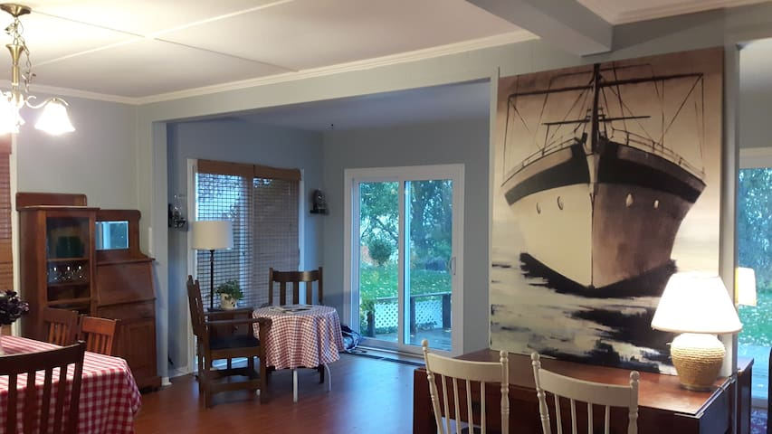 Charlie's Place - Spacious Lakefront Cottage
