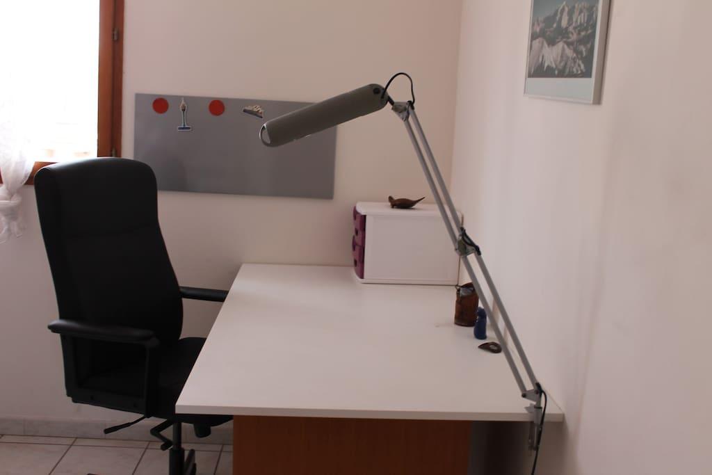 chambre 1 un espace de travail et une armoire pour ranger
