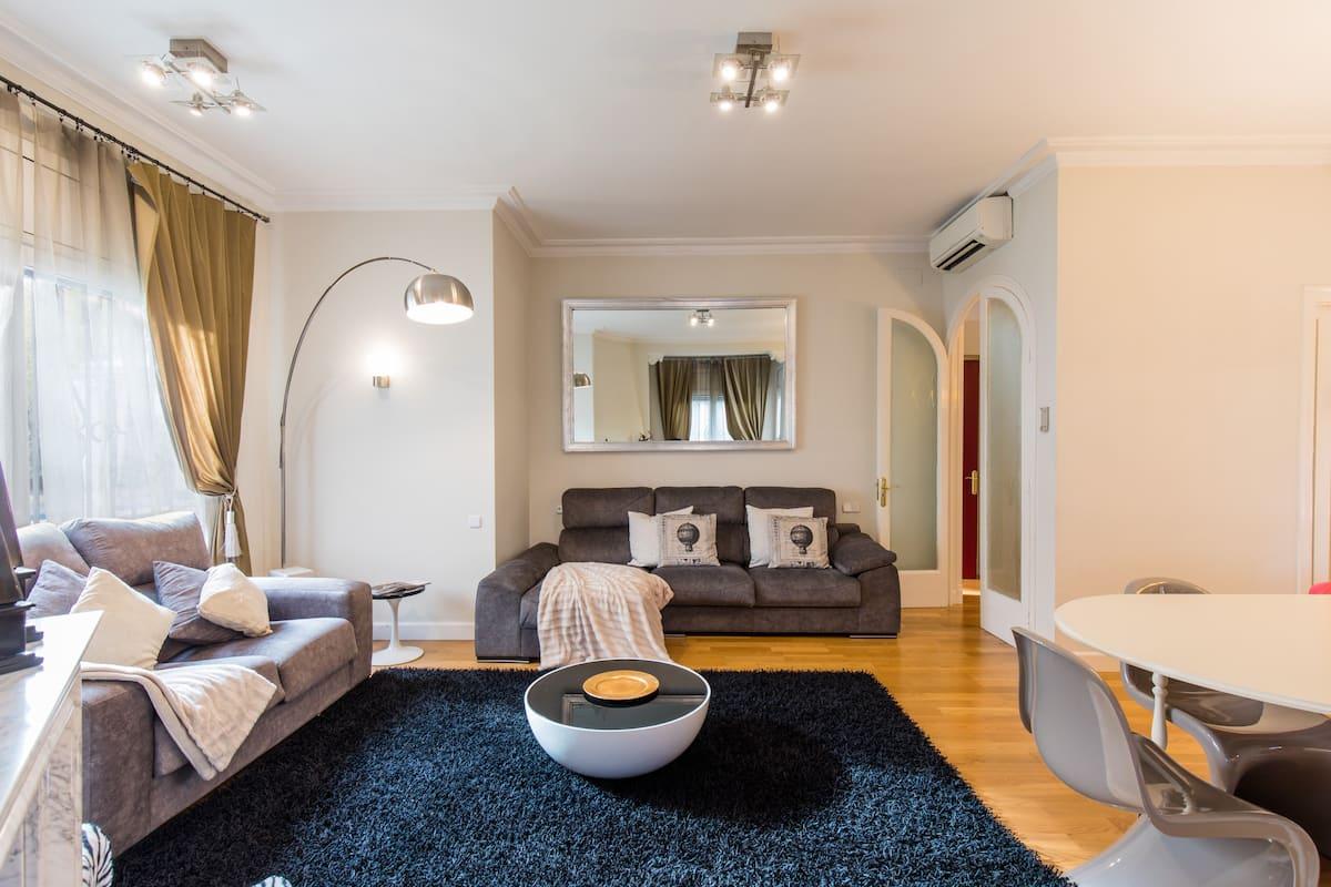 Villa Victoria Barcelona - Luxury Villa with Pool and Jacuzzi in Barcelona City