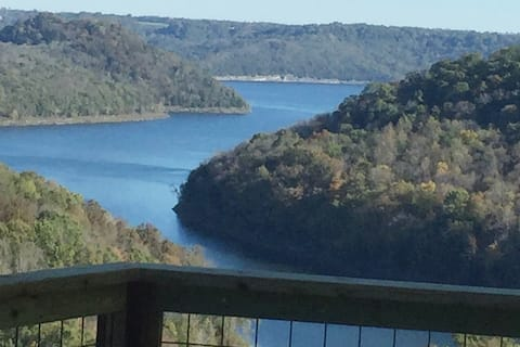 """Almost Heaven"" on Center Hill Lake, Pet Friendly!"