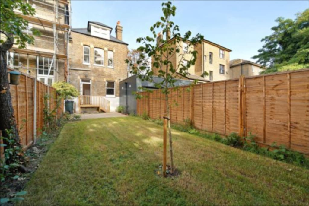 Large and sunny garden (weather permitting) in quiet neighbourhood at the heart of Brockley Conservation area.