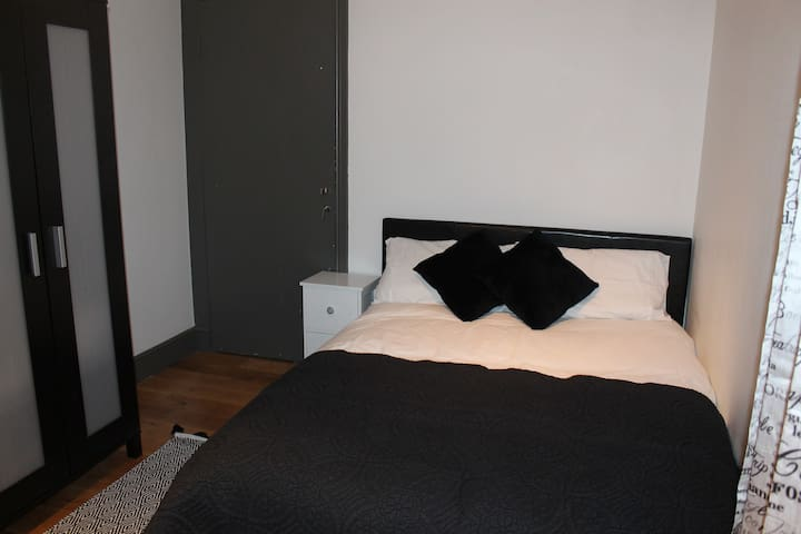 Easy access to centre modern flat,1 min to station