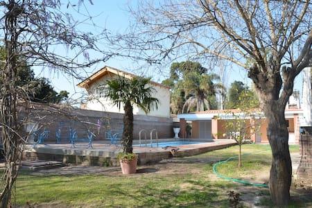 CASA, PILETA Y MUCHO VERDE! - Villa María - Hus