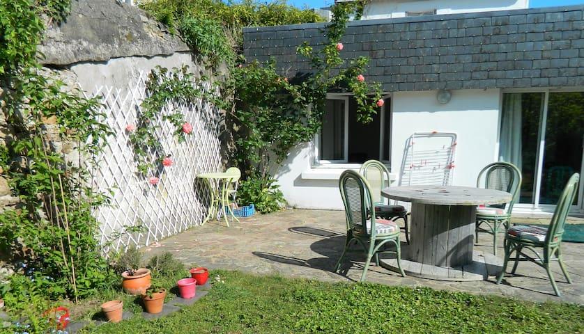 Petite maison avec jardin proche intramuros Vannes - Vannes - Rumah