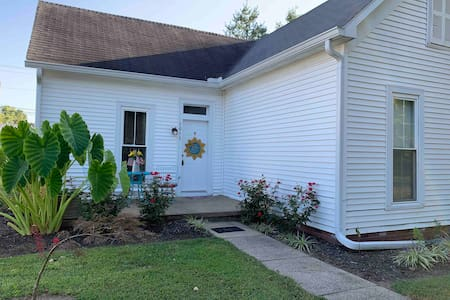 Quaint 1 Bedroom Cottage in Historic Town