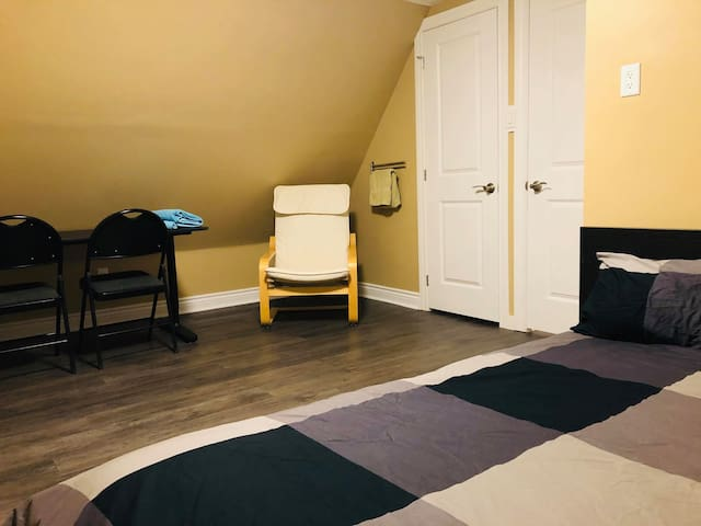 Private Room near the Lake! - Queen Bed