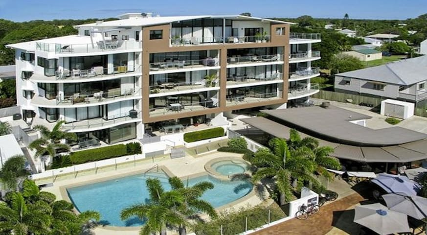 Luxurious Beachfront Apartment - Urangan - Flat