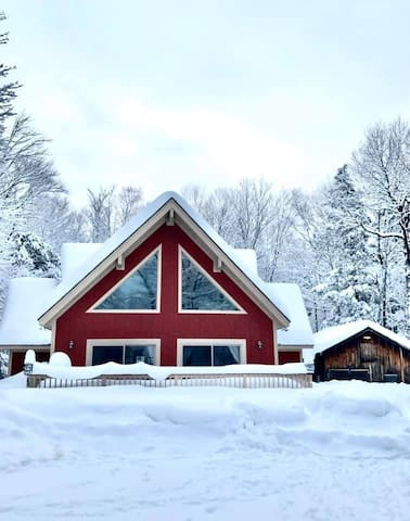 White Mountain Hideaway: Chic North Conway Chalet