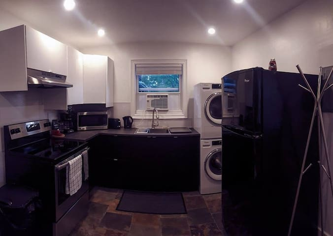 Renovated Studio --En Suite Laundry--Downtown