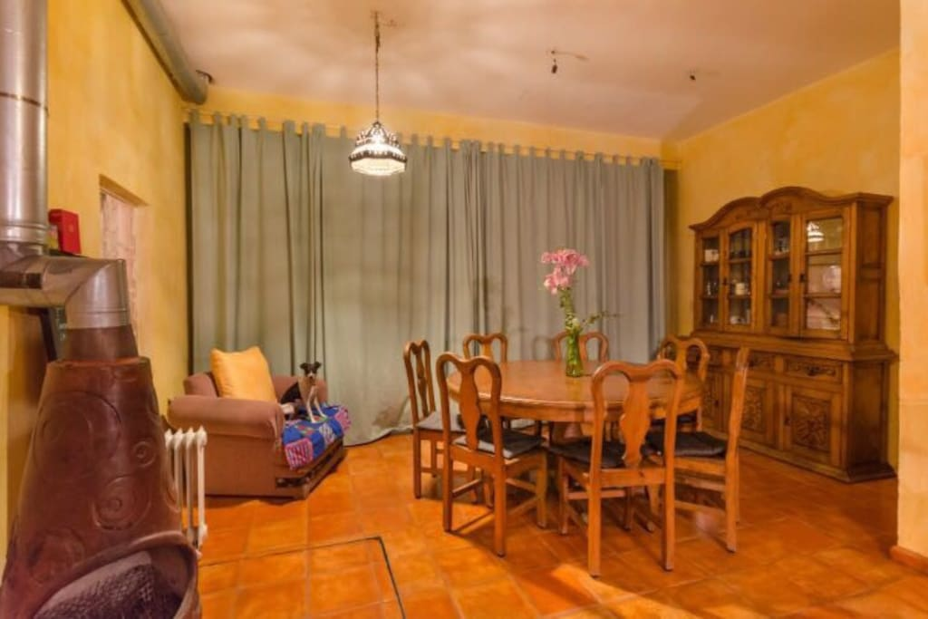 Comedor con vista natural y salida al patio / Dinning Room with exit to patio