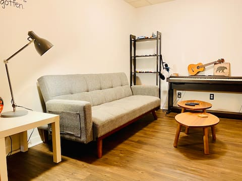 An artistic cosy 3 1/2unit basement close to dix30