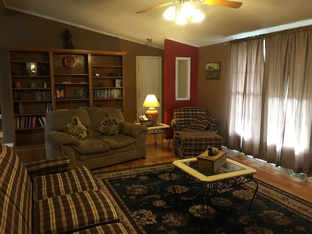 NEW! Shady Grove House by Buffalo Mountain Getaway