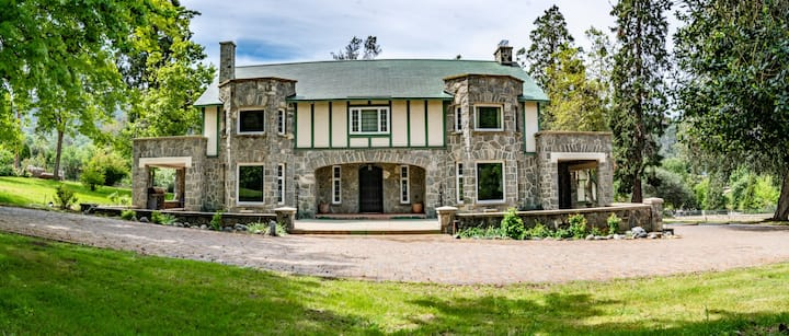 Historic Stone Oak Manor (Sleeps 16!)