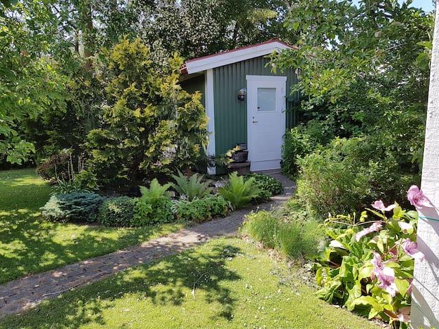 Trevlig liten stuga centralt i Båstad o nära hav