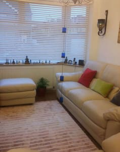 Bright Large studio with own entrance and garden - Rainham