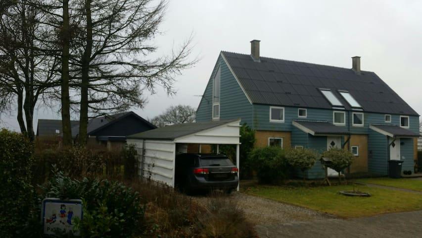 """Hygeligt hus m. lille have og kort til """"stor"""" byer"""