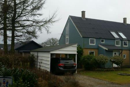 """Hygeligt hus m. lille have og kort til """"stor"""" byer - Sorring - Casa"""