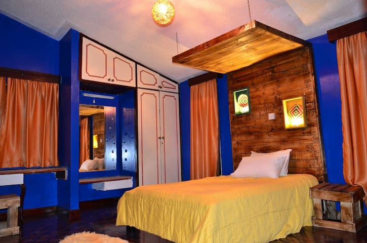 Colorful, spacious, and cozy room! Check it out! - Nairobi