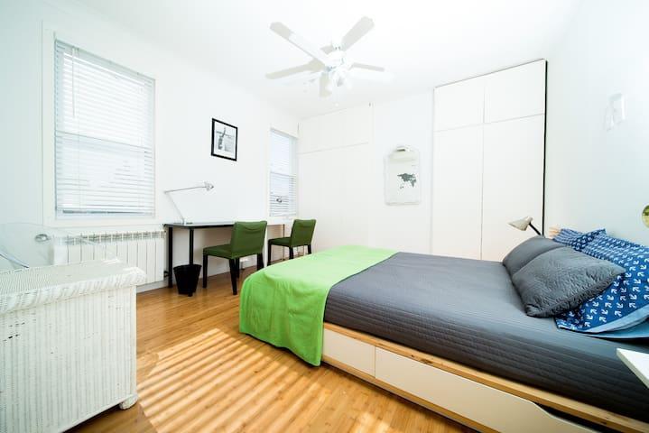Comfortable modern 2 bed apartment. Backyard!