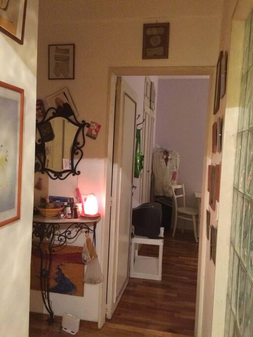 es el pasillo que comunica al baño y las habitaciones, comodidad y lindo ambiente, con pared de ladrillo de vidrio para que penetre mas luz