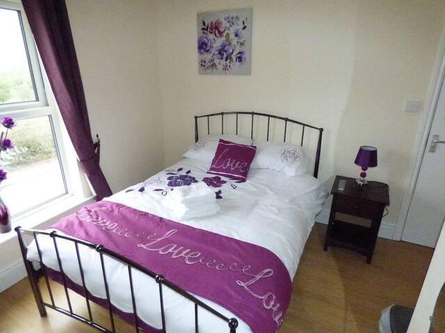 Room 4 - En Suite - 59 Chesterfield Road