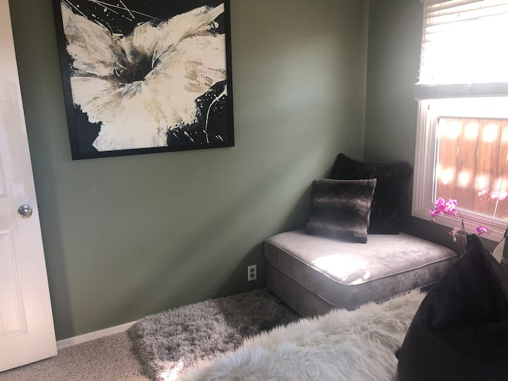 Private & Quiet Room Downtown!