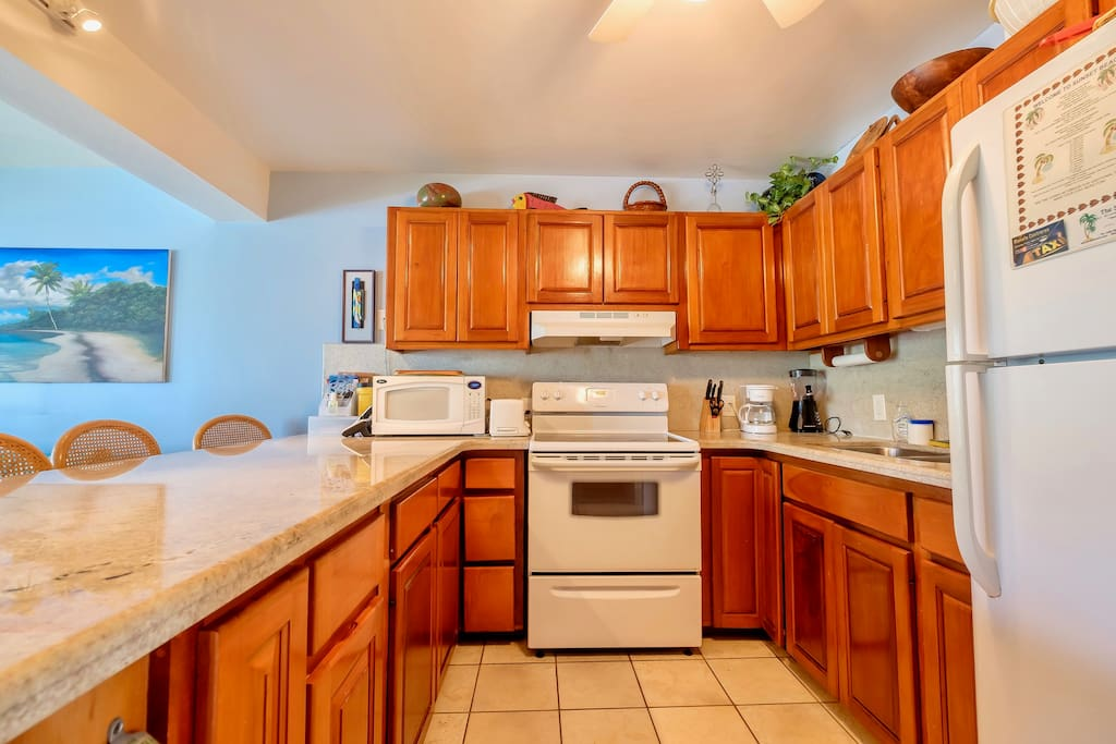Fully equipped kitchen with counter seating